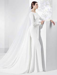 Trajes de novia en crep natural con escote de espalda con apliques.