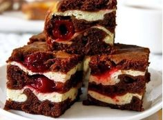 Brownies s tvarohom a s višňami - Mňamky-Recepty. Hungarian Recipes, Russian Recipes, Cheesecake, Cream Cheese Brownies, Good Food, Yummy Food, Czech Recipes, Sweet Pastries, Saveur