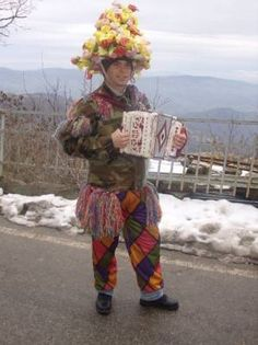 Carnival in Abruzzo and Molise, ritual and propitiatory customs. The traditional carnival in several town and villages of Abruzzo and Molise in Italy. Funny Hats, Young Men, Traditional Dresses, Pagan, Vintage Photos, Medieval, Dancing, Carnival, Dress Up