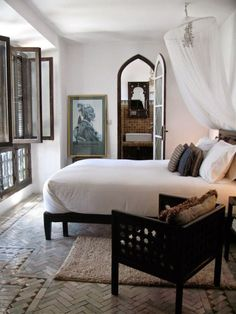 You don't necessarily need expensive furniture to create a British colonial atmosphere in your bedroom. Combine a minimalistic bed with a mosquito net and white sheets.