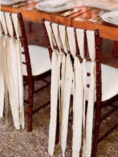 Adorável forma de compor as cadeira com tiras de tecido, poderia ser em juta.