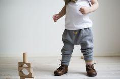 Superkule strikkebukser til vår og høst med haremssnitt. Like fin til jente som gutt.