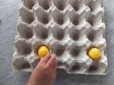 """""""Klau das Osterei"""" ist ein Spiel, dass nicht nur Kindergruppen ganz schön ins Schwitzen bringt. Versuche immer 3 Eier in deinem Karton zu behalten, obwohl andere dir ständig eins klauen. Das Spiel macht nicht nur Spaß, es fördert auch die Ausdauer. Material: Pro Teilnehmer eine Eierpalette pro Teilnehmer 3 Plastikeier (Ü-eier) Alter: ab 4 Jahre…"""