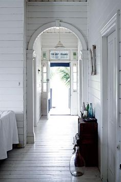 A traditional Queenslander home with all-white interior – Beach house decor Queenslander House, Weatherboard House, White Rooms, White Walls, Tranquil Bedroom, Sweden House, Australian Homes, Home Reno, Byron Bay
