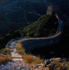 Völlig unrestaurierte Chinesische Mauer Mutianyu. Entdecken Sie mit CHINA REISE EXPERTE die unterschiedlichen Abschnitte der weltberühmten Chinesischen Mauer.