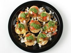 सेव पूरी रेसिपी - Sev Puri Recipe In Hindi - Sev Batata Puri Banane Ki Vidhi Tamarind Chutney, Green Chutney, Puri Recipes, Snack Recipes, Sev Puri, Chaat Recipe, Chaat Masala, Toddler Snacks, Serving Plates