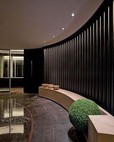 Geschwungenes elegantes Sitzsystem an der Rezeption Spa Design, Wall Design, House Design, Lobby Interior, Interior Architecture, Interior Design, Restaurant Hotel, Restaurant Design, Hotel Interiors