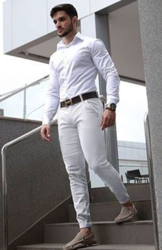 How white pants for men is a perfect choice: 40 looks to justify. White Pants Men, Mens White Outfit, Stylish Men, Men Casual, Herren Outfit, Mens Clothing Styles, Men Dress, Streetwear, Casual Outfits