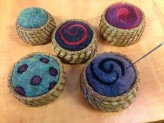 Pine Needle Basket Projects Pine Needle baskets with Felted pin cushions. Pine needle with an agate base and beadwork Pine Nee. Pine Needle Crafts, Basket Drawing, Pine Needle Baskets, Willow Weaving, Rope Basket, Sewing Baskets, Vintage Sewing Machines, Weaving Projects, Pine Needles