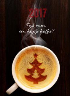 Mooie kerstkaart om uw relaties uit te nodigen komend jaar weer eens samen te gaan zitten. Kerstkaart met kopje koffie en cappuccinoschuim met kerstboom.