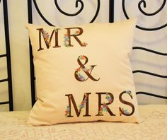 """Наволочка в наличии за смешные деньги!!!5️⃣0️⃣0️⃣ру))))💝 Машинная вышивка """"MR & MRS"""" на наволочке с застежкой-молнией. Размер 4545 см. #подарок #машиннаявышивка #embroidery #вышиваюназаказ #вышивкамашинная #чтоподарить #любовь #пара"""