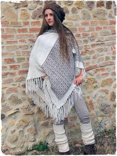 poncho lana d'alpaca Zelda #Splendido #poncho in #lana d' #alpaca con #cappuccio. #Frange sul fondo. I colori del #disegno #etnico, sapientemente abbinati, esprimono gentilmente il gusto #raffinato tipicamente #italiano. #Avvolgente e #caldo questo #poncho #unisex non passa inosservato www.lamamita.it/store/abbigliamento-invernale/1/poncho/poncho-lana-zelda