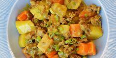 God opskrift med hakket oksekød, kartofler og gulerødder i en cremet sovs med kokosmælk og et mildt strejf af karry. Vegetarian Recipes, Snack Recipes, Snacks, Danish Food, Wok, Fried Rice, Karry, Potato Salad, Food And Drink