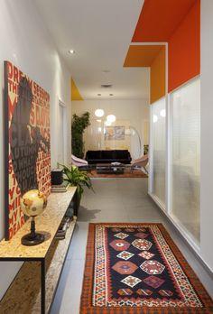 Bonito pasillo y sala de fondo en las oficinas de New High Tech en Tel Aviv