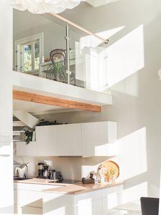 valkoinen keittiö, vanha puutalo, lasikaide aulassa, kvik mano keittiö… New Homes, Loft, Building, House, Furniture, Design, Home Decor, Classroom, Kitchen Modern