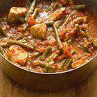 Gesmoorde kipfilet met sperziebonen, uit het kookboek 'Comptoir Libanais' van Tony Kitous & Dan Lepard. Kijk voor de bereidingswijze op okokorecepten.nl.