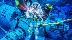 Thomas Pesquet, astronauta de la Agencia Espacial Europea, desciende bajo el agua durante un entrenamiento de caminata espacial en el Laboratorio de Flotabilidad Neutral de NASA en Houston, Estados Unidos. Entrenar bajo el agua en escenarios a escala real es una importante parte del entrenamiento que reciben los futuros residentes de la Estación Espacial Internacional.
