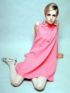 Twiggy perfectly captured the '60s youth, beauty and fashion culture thanks to her doe-like eyes, androgynous haircut, and slim physique. // #Fashion