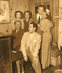 Carmen Miranda em sua casa em Bervely Hills,com o Cônsul do Uruguai, Aurora Miranda e dona Nair, mãe de Carmen e Aurora