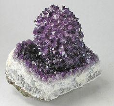 AMATISTA.    http://laexuberanciadehades.wordpress.com/2011/03/08/piedras-preciosas-i/