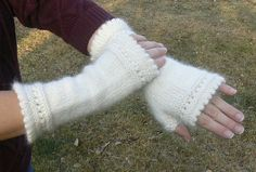 Knitted Fingerless Gloves Free Patterns Get ready for fall. Curated collection of free patterns for knitted fingerless gloves from many designers. Fingerless Gloves Knitted, Crochet Gloves, Knit Mittens, Knit Crochet, Loom Knitting, Knitting Patterns Free, Free Knitting, Crochet Patterns, Free Pattern