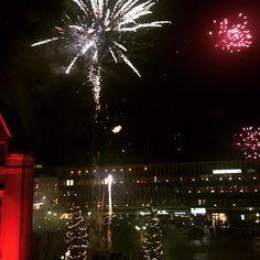 Onnellista tätä vuotta meille kaikille!  Ulkomaankirjeenvaihtajanne Ruotsin Västeråsista raportoi suoraan torin laidalta. Täällä on kuulkaas henkeäsalpaava (kirjaimellisesti) meno. Ihmettelen jos kaikki tuolla alhaalla ovat säilyttäneet silmänsä ja ruumiinosansa ehjänä.  #uusivuosi #vuosi2017  #year2017 #newyear #västerås #sverige #ruotsi #sweden #travelling #fireworks #ilotulitus