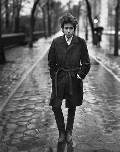 Richard Avedon, Bob Dylan, Sänger, New York City, 10. Februar 1965, 1965, Silbergelatine-Abzug, 35,6 x 27,9 cm, Sammlung Udo und Anette Brandhorst © 2014 The Richard Avedon Foundation... via Designchen