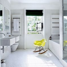 Bathroom with double sinks (Keltainen talo rannalla: Valkoista ja värejä)