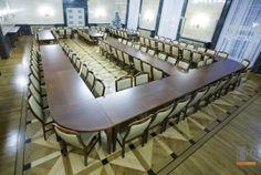 Stoły i krzesła w sali konferencyjnej . http://www.projektmebel.pl/realizacje/konferencje-i-szkolenia