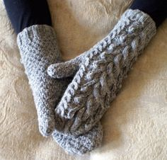Seamless cable mittens with bobbles and seeded stitch. The length of the mittens… Knitting Yarn, Hand Knitting, Knitting Patterns, Crochet Patterns, Fingerless Mittens, Knit Mittens, Crochet Crafts, Yarn Crafts, Tout Rose