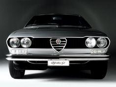 Alfetta GT. J'ai eu la même en rouge avec des jantes alu en étoile. Moteur avant mais propulsion arrière. Super pour les contre-braquages !
