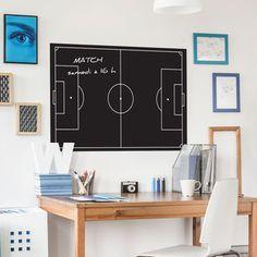 Sticker Ardoise Football - Un sticker ardoise représentant un terrain de football. Cet adhésif très décoratif permet de jouer à l'entraineur de foot et de créer ses propres stratégies de jeu. Cette ardoise autocollante sert