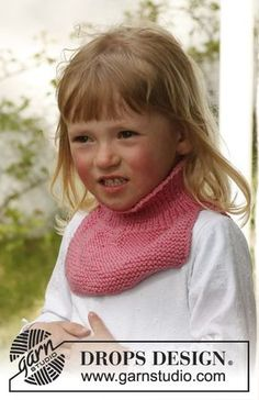 """Knitted DROPS neck warmer in """"Karisma"""". ~ DROPS Design - the """"Dickie"""" reborn in a new generation knitting pattern Kids Knitting Patterns, Baby Hats Knitting, Knitting For Kids, Crochet For Kids, Loom Knitting, Free Knitting, Knitting Projects, Knitted Hats, Crochet Patterns"""
