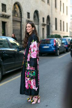 Street Style Snaps From Milan Fashion Week Kimono Coat, Kimono Outfit, Kimono Fashion, Boho Fashion, Fashion Looks, Kimono Duster, Duster Jacket, Floral Fashion, Fall Fashion