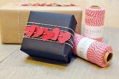 emballage cadeau Noël : cadeau habillé de papier noir et déco avec des cœurs rouges