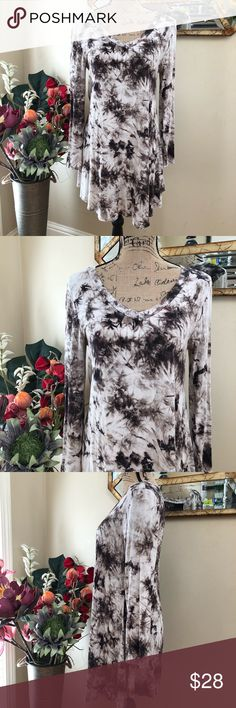 Entro BOHO tie dye splash dress/tunic Entro BOHO tie dye splash dress/tunic  Super cute chocolate and cream print Slightly wider at the bottom for a skater appearance Flowy Easy to layer with leggings Can be worn as a dress or a tunic Bohemian hippie gypsy chic Boutique purchased Pre-loved in excellent condition Pit to pit measurement approximately 18 inches Very stretchy Length approximately 34 inches  Thank you for checking out our closet Please feel free to bundle and save entro Dresses…