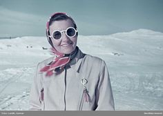 Skidåkning. Kvinna med huvudduk och runda solglasögon. Fotograf: Gunnar Lundh, 1941