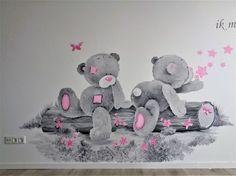 Babykamer muurschilderij Me to You: 2 Beertjes zittend op een boomstam met bloemetjes