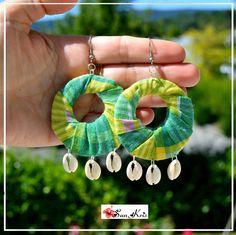 Boucles d'oreilles créoles tissus madras de Martinique dans les tons vert et ses jolis coquillages cauris, bijoux : Boucles d'oreille par sunkris