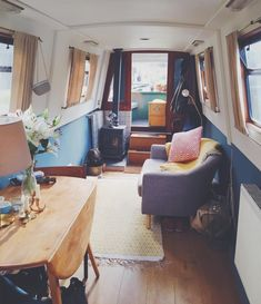 22 Canal Boat Interior Decor Inspiration for All Spaces Well Occupied Plywood Boat Plans, Wooden Boat Plans, Canal Boat Interior, Narrowboat Interiors, House Boat Interiors, Surf, Houseboat Living, Boat Building Plans, Tiny House Movement