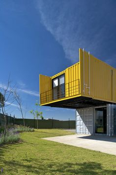 Esta linda residência, construída a partir de containers reciclados, fica em um espaço longe da cidade, mas privilegiado por belas vistas e uma atmosfera c