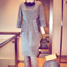 Wełniana sukienka ze srebrnymi wstawkami w okolicach talii, wyszczuplający modny wzór plus przyjemne ciepło i niewymuszona elegancja