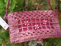 Borsette portafoglio da passeggio in lana pregiata  interamente uncinetto. applicaz perline in tinta, foderata in pile Articoli unici non riproducibili