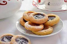 I biscotti occhio di bue sono dei classici frollini da tè arricchiti da un velo di marmellata. I biscotti occhio di bue sono preparati con friabile pasta frolla e marmellata e sono perfetti per una dolce pausa pomeridiana.