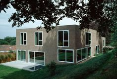 Looks like a computer rendering. Mixed feelings but mostly intrigued by the idea of doing that on purpose.  Jonathan Woolf - Brick Leaf house, Hampstead 2003. Via, 2, photos © Hélène Binet.