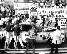 David Pearson and the Wood Brothers had to push his car into victory lane after a hard fought and crazy #Daytona500 in 1976 #NASCAR #Ford #victorylane #thegreatamericanrace #winners