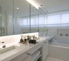 O banheiro da suíte foi feito para acomodar um casal, já que conta com duas pias e bastante espaço Foto: Debora Aguiar Arquitetos/ Divulgação