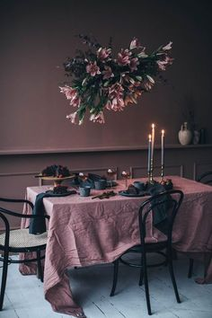 We've spent yesterday afternoon at our dear friend studio and were welcomed by this gorgeous flower installation and the best vegan chocolate cake 💖 ____ Bohemian Decoration, Decoration Table, Interior Paint, Interior Design, Outdoor Movie Nights, Flower Installation, Pink Table, Black Table, Deco Table