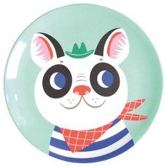 Tim est un bulldog trop rigolo qui porte un petit chapeau et un bandana. Il permettra de raconter de fabuleuses histoires au petit loustic refusant de manger ses épinards !    Designer: Helen Dardik.    Sans BPA, ni phtalates.    Ne pas utiliser au micro-ondes. Passe au lave-vaisselle.    D: 20,3 x 1,5 cm.   8,50 € http://www.lafolleadresse.com/vaisselle-enfants/4755-assiette-203-cm-helen-dardik-bulldog.html