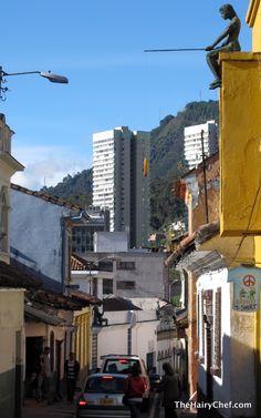"""""""Niño en la terraza"""".  Las curiosas obras que se encuentran en los techos de la Candelaria son las esculturas en fibra de vidrio y resina del artista bogotano Jorge Olave (1953 - 2013), que representan a gente común que vivía en el barrio. Entre ellos el pescador con la banana en el anzuelo, en el balcón de la casa del artista. Llamados """"habitantes silenciosos del centro"""",  estarán esperando a que los descubras en tu paseo por la Candelaria, ¡levanta la vista!. Comentado por Gustavo…"""